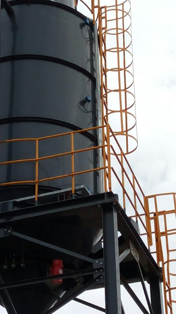 Fly ash silo with vibrating bin activator