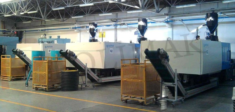 Plastics injection machines feeding by pneumatic conveyor and vacuum hopper loaders