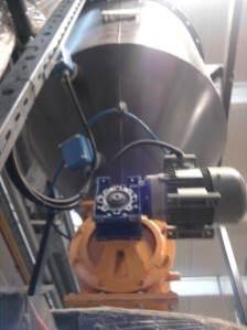 Hopper feeding bulk solids rotary valve
